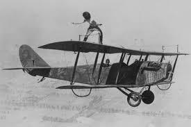 映画 「華麗なるヒコーキ野郎」第1次世界大戦後、戦闘機のパイロットの中には、新たに曲技飛行に命を懸けるものが出ました。