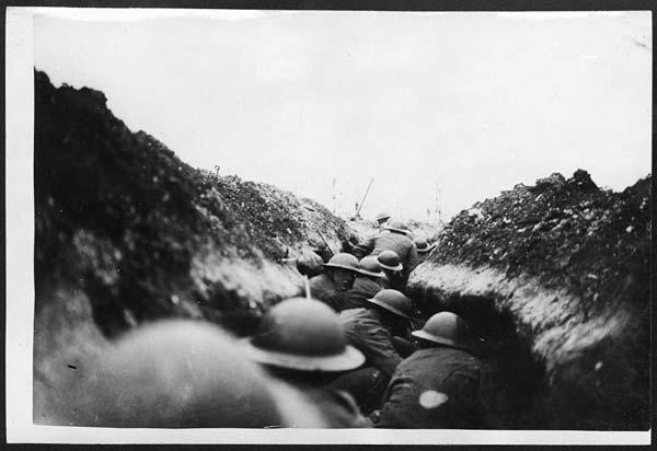 映画 「1917 命をかけた伝令」味方の大隊がドイツ軍の仕掛けた罠にはまったことを知らせるため、二人の伝令兵が前線に向かって走るのだが。